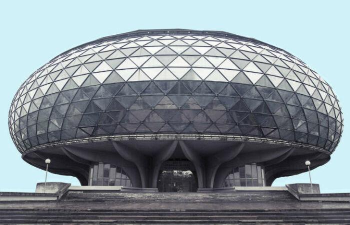 Фантастический ракурс здания Музея авиации в Белграде от фотографа Мирко Нахмияса. bigpicture.ru.