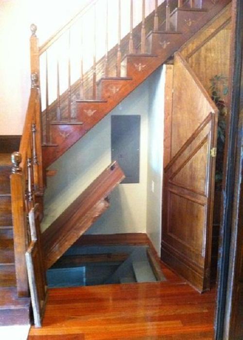 Лестница, ведущая в цокольное помещение.