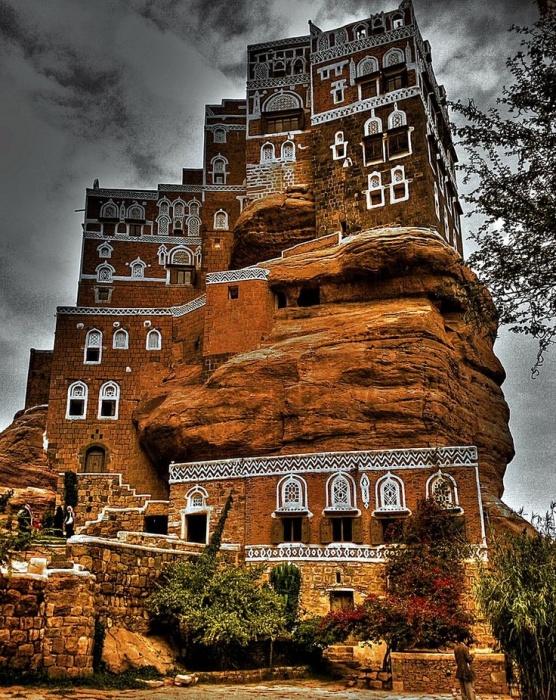 «Дворец Имама» на вершине скалы: знаковый символ Йемена («Dar al-Hajar», деревня Сук аль Вади). | Фото: pinterest.fr.
