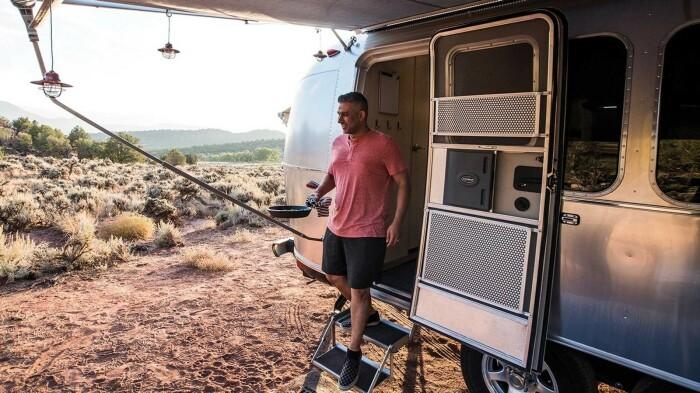 Выдвижной тент спасет отдыхающих и от солнца, и от дождя (Airstream Flying Cloud 30FB Office). | Фото: autonocion.com.