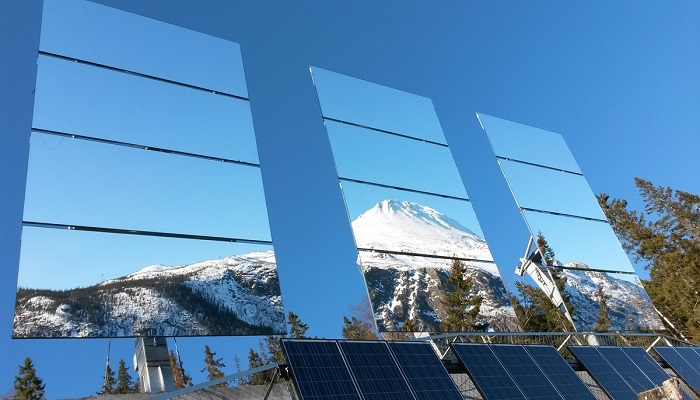Большие зеркала, управляемые компьютерами, улавливают каждый лучик солнца и перенаправляют в город («Solspeil», Норвегия). | Фото: visitrjukan.com.