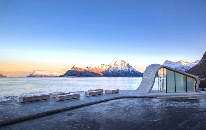 На строительство общественного туалета и смотровой площадки возле него ушло 1,6 млн. евро (Зона отдыха Ureddplassen, Норвегия). | Фото: unusualplaces.tumblr.com.