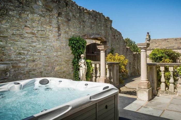 Поплескаться в теплой ванной можно под открытым небом (Low House).