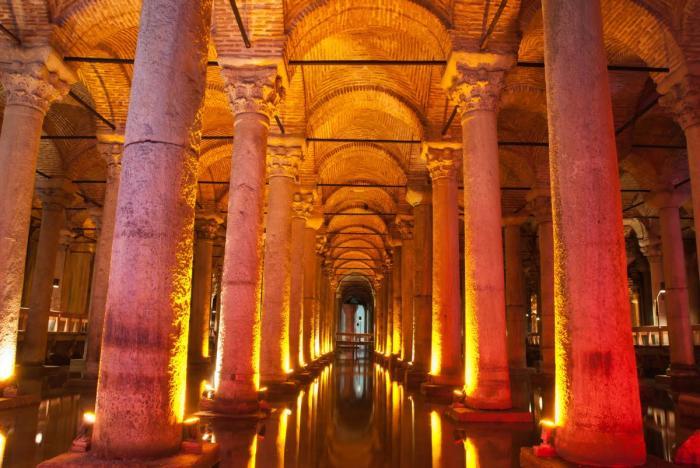 Специальная подсветка колонн делает подземное хранилище мистическим местом (Basilica Cistern, Стамбул). | Фото: istanbul-turkey.ru.