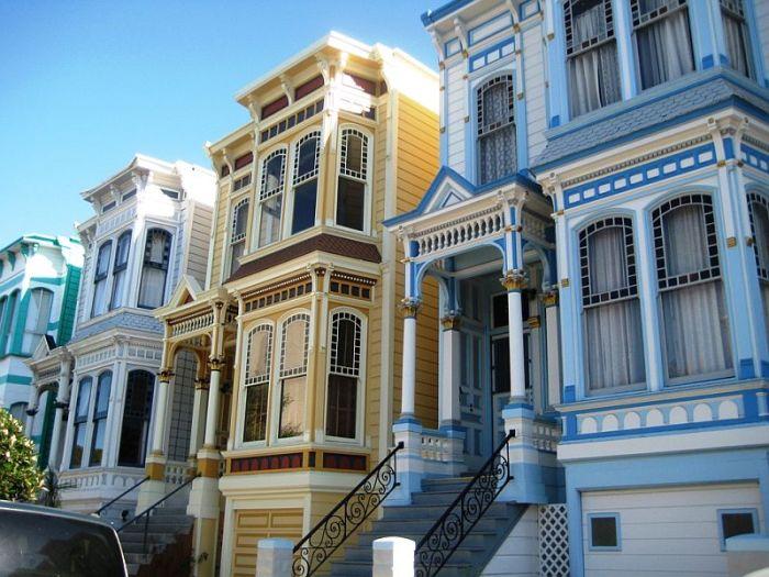 Элементы декора более эффектно выглядят на фоне бирюзового, шоколадного, желтого и апельсинового цветов («Painted Ladies», Сан-Франциско). | Фото: blog.turebi.ge.