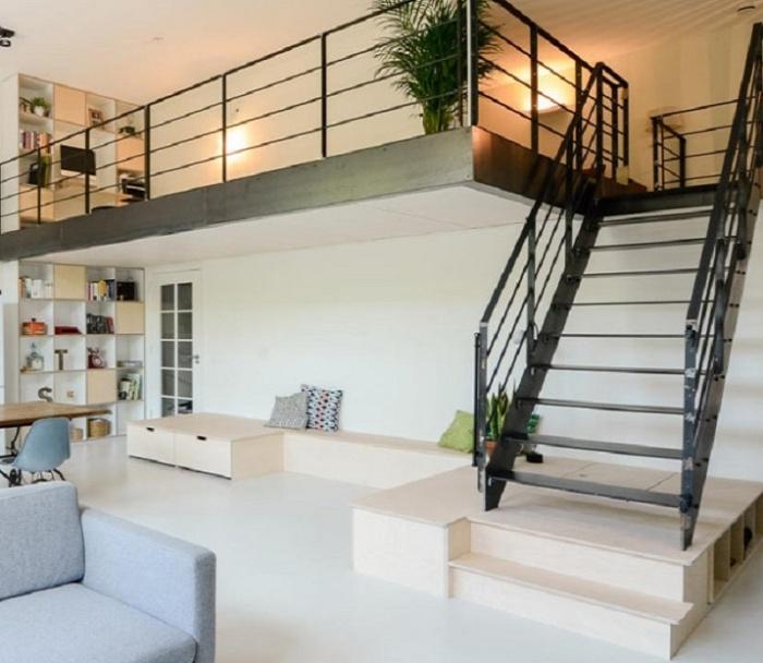 Подиумы вдоль стены и под лестничным маршем можно использовать и как игровую зону, и в качестве систем хранения. | Фото: designplusmagazine.com.