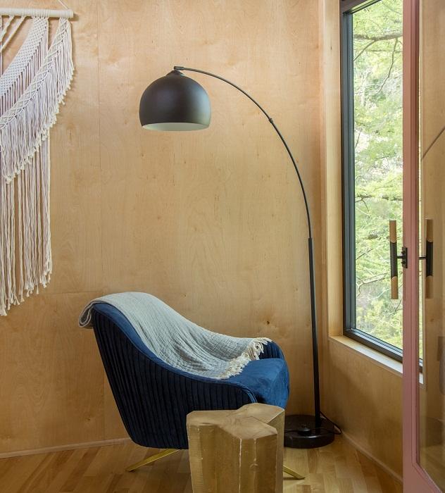 Уединенная зона отдыха возле окна в Yoki Treehouse.