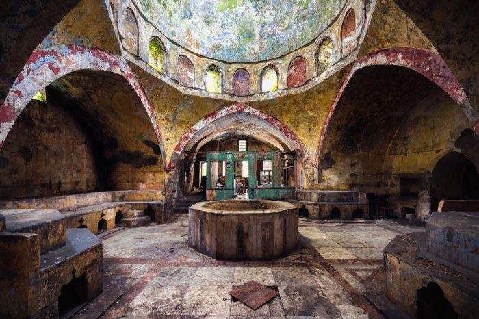Еще одна турецкая баня на территории Ливана пострадавшая от военных действий (фотопроект «A Paradise Lost»).   Фото: mymodernmet.com/ © James Kerwin.