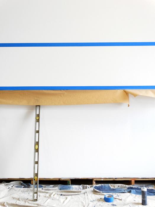 На стену наклеить две параллельные линии на нужном расстоянии, а под нижнюю ленту закрепить бумагу.   Фото: pdxpro.org.