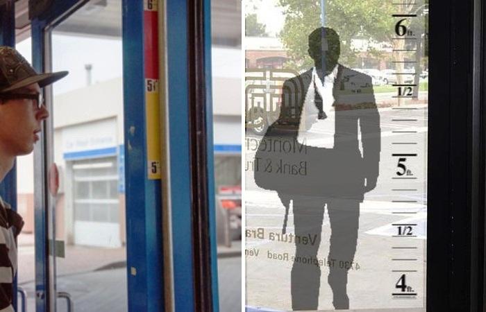 Те магазины, в которых наклеена измеряющая рост лента, на 50% реже подвергаются нападению. | Фото: usbanksupply.com.