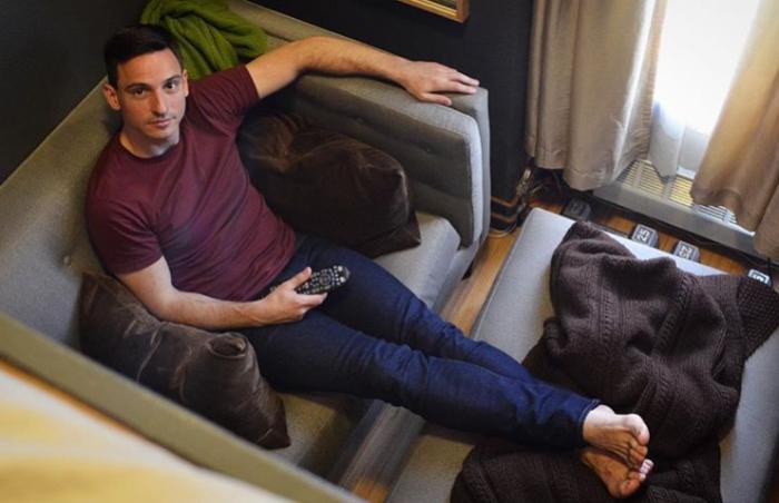 Даже в совсем миниатюрной квартире можно организовать комфорт и уют. | Фото: instagram.com/ © anthony_triolo.