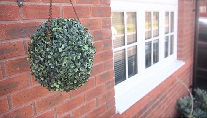 Свой двор и фасад дома они стараются украсить зеленью.