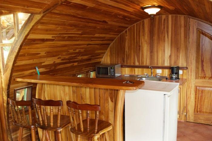 Мини-кухня в отельном номере, расположенном в настоящем самолете (Hotel Costa Verde). | Фото: vasi.net.