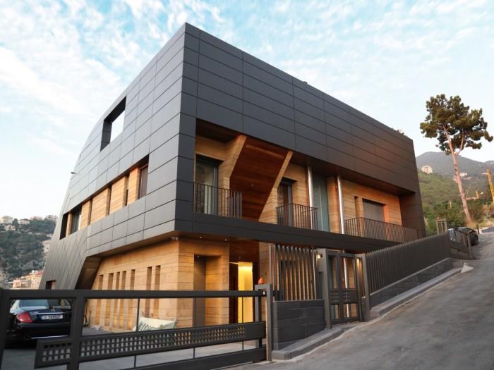 Если подъехать со стороны деревеньки Чнанир, то дом выглядит вполне современно и стандартно (CH730 Villa, Chnaniir). | Фото: newatlas.com.