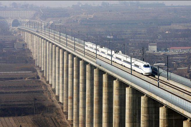 Даньян-Куньшаньский виадук проходит над ущельями и впадинами.