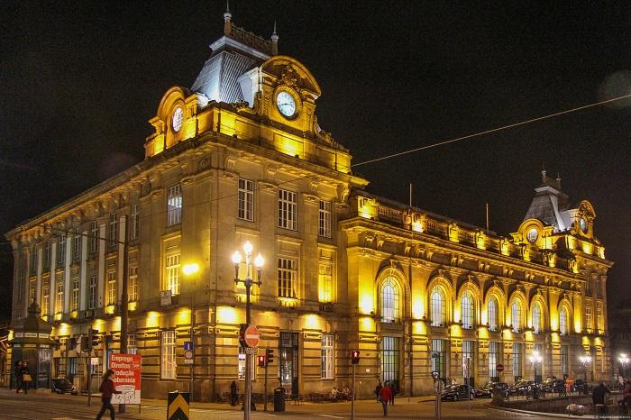 Знаменитый вокзал Сан-Бенту в Порту (Португалия)