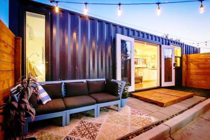 Перед домом обустроили зону отдыха на открытом воздухе. | Фото: tinyliving.com.