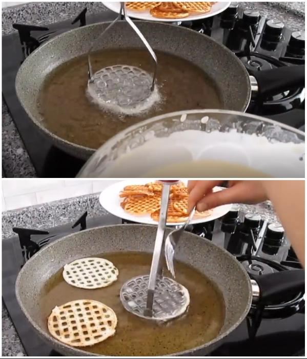 Если тесто не отделяется от пресс-пюре самостоятельно, ему нужно помочь. | Фото: youtube.com/ © Pratik Yemek Tarifleri.