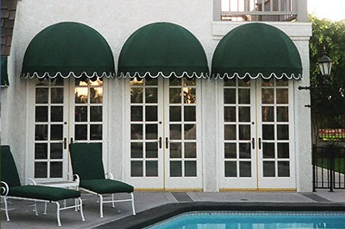 Купольные маркизы очень стильно сморятся на фасаде дома.