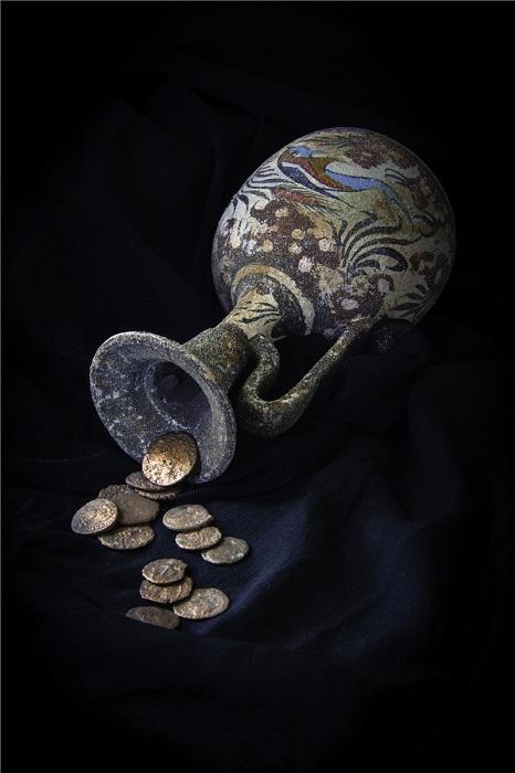 Старые монеты  придадут загадочности.