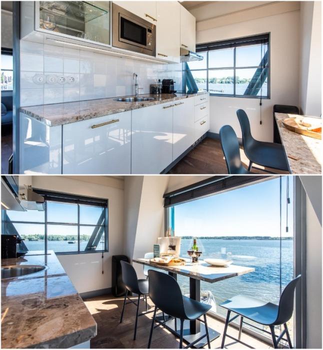 В апартаментах есть благоустроенная кухня и столовая с великолепным видом из окна (Yays Crane Apartment, Амстердам). | Фото: smartertravel.com.