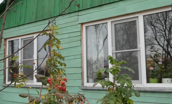 Благодаря не равнодушному руководителю фирмы, занимающейся установкой металлопластиковых окон в доме мамы теперь светло и тепло (д. Зарытки, Рязанская обл.). | Фото: youtube.com/ FORUMHOUSE.