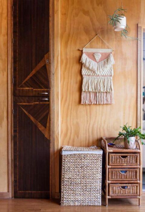Оригинальный декор и аксессуары украшают интерьер контейнерного дома. | Фото: livinginacontainer.com.
