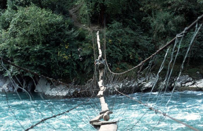 Шатающаяся переправа между населенными пунктами в долине Далонг (Китай). | Фото: cameralabs.org.
