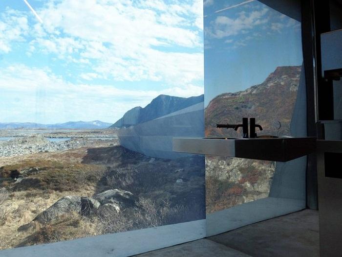 Прекрасный вид из панорамных окон туалета (проект студии из Morfeus Arkitekter, Норвегия). | Фото: realty.tut.by.
