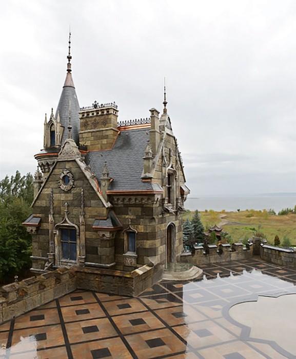 Смотровая площадка с видом на Жигулевское море станет идеальным местом для банкетов под открытым небом («Замок Гарибальди», с. Хрящевка). | Фото: samara.kp.ru.