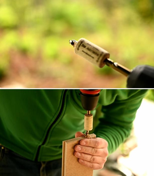 Хитрость с использованием винной пробки позволит не ошибиться с глубиной отверстия под установку конфирматов и шкантов. | Фото: youtube.com / © My DIY life.