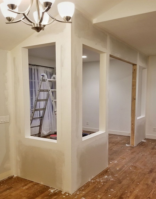 Чтобы стены были ровные надо тщательно шпаклевать и шлифовать швы и углы.