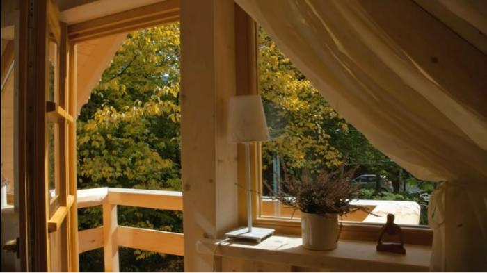 Из большой спальни есть выход на балкон («Stunning Gate Lodge»). | Фото: youtube.com/ © Vuong Le.