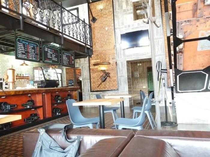 Открытое и светлое пространство, не отягощенное перегородками и стенами только подчеркивает индустриальность стиля.