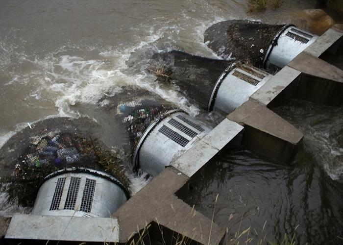 Простейшие «ловушки для мусора» были установлены на двух ветках дренажной системы города (Kwinana, Австралия).