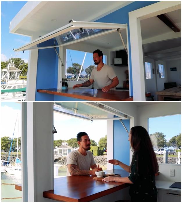 Окно на подъемном механизме за пару секунд поможет обзавестись собственным баром («Blue Turtle», Окленд). | Фото: youtube.com/ © Living Big In A Tiny House.