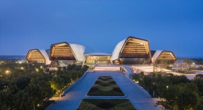 Музей имеет своеобразную форму, уходящей в залив из большого прибрежного парка, за которым в настоящее время строится новый городской район (Тяньцзинь, Китай). | Фото: newatlas.com.