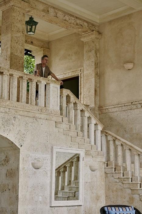 Величественная лестница, ведущая на второй этаж виллы. | Фото: Тьяго Молинос (Tiago Molinos).