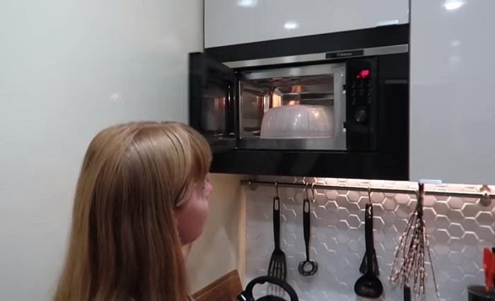 Кухонный гарнитур вместил не только кухонную утварь, но и микроволновую печь. | Фото: youtube.com.