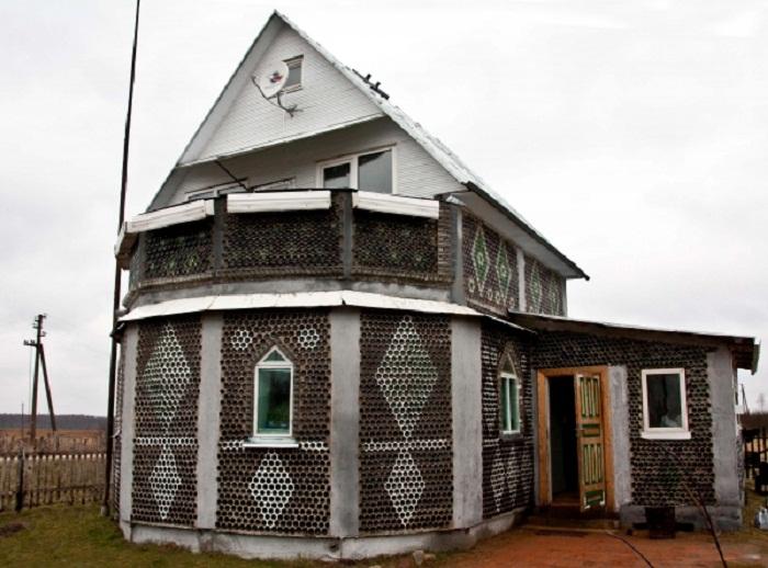 Дом из бутылок смоленского каменщика.