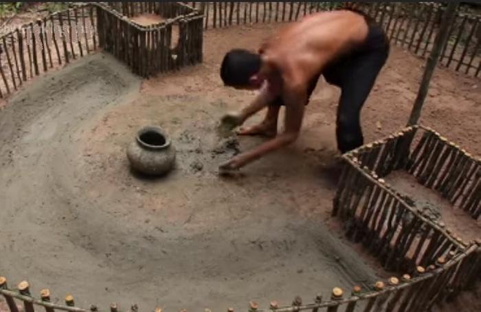 Использую обычную палку, он выкопал вольер и облицевал специальным раствором.