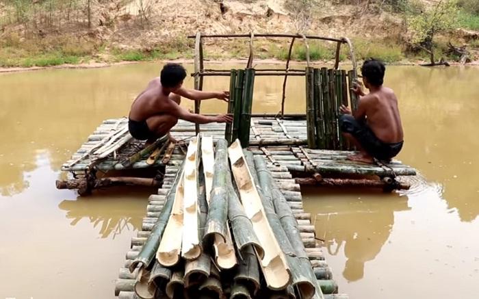 Они сначала установили платформу и мостик, а потом строили дом из бамбуковых веток.