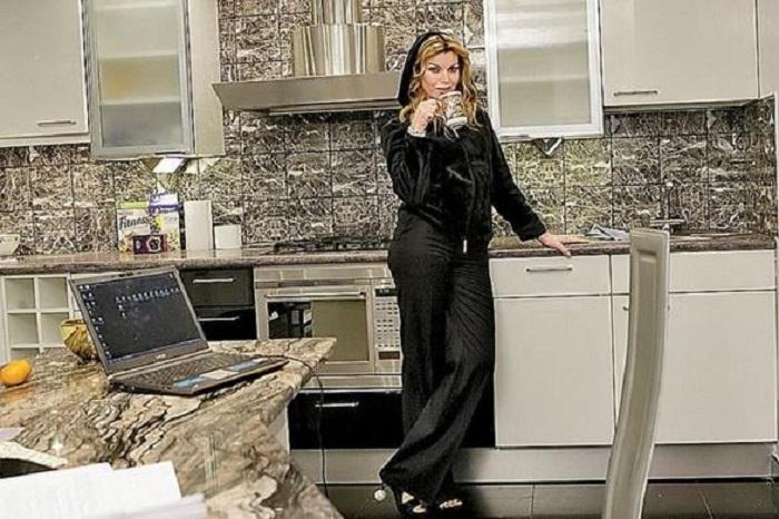 Лада Дэнс на своей кухне в московской квартире. | Фото: domzamkad.ru.