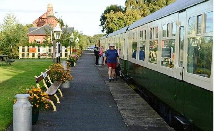 Территория гостевого дома напоминает перрон железнодорожного вокзала (Станция отдыха).