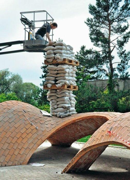 Проверку на прочность арочные конструкцию проходят не только сотнями лет, но и природными катаклизмами. | Фото: pinterest.com.