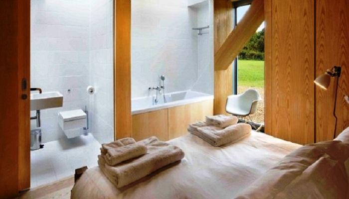 В каждой спальне есть двухспальная кровать и ванная комната с туалетом («Balancing Barn»).
