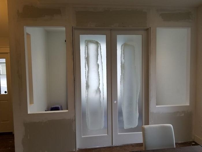 Дверь надо устанавливать по уровню, чтобы не было перекосов.