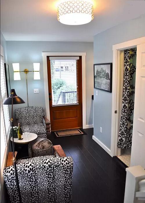 Гостиная в мини-коттедже оформлена в современном стиле (Bird House, штат Северная Каролина). | Фото: diycozyhome.com.