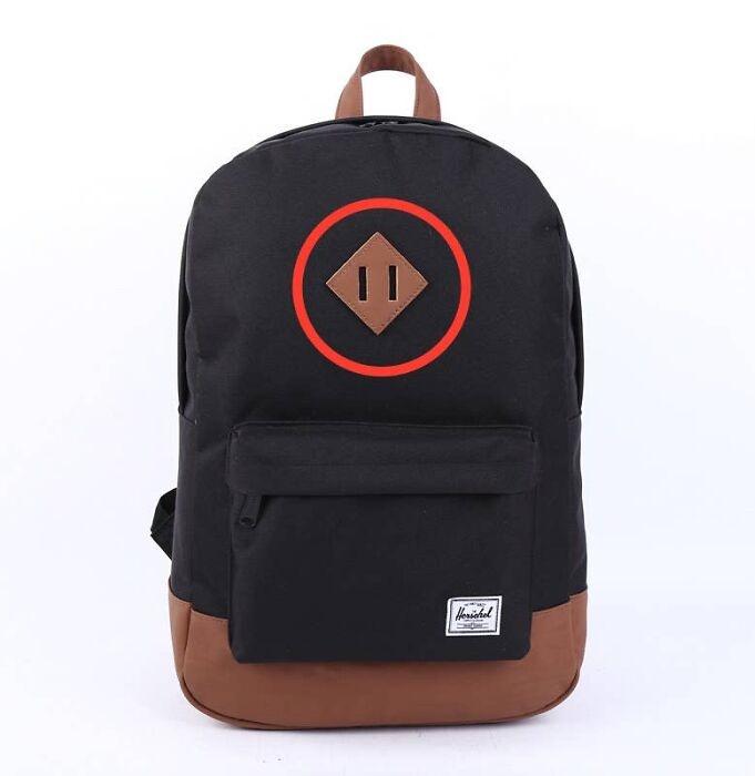 Нашивка с прорезями на рюкзаке служит креплением для переноски крупногабаритных вещей. | Фото: boredpanda.com.