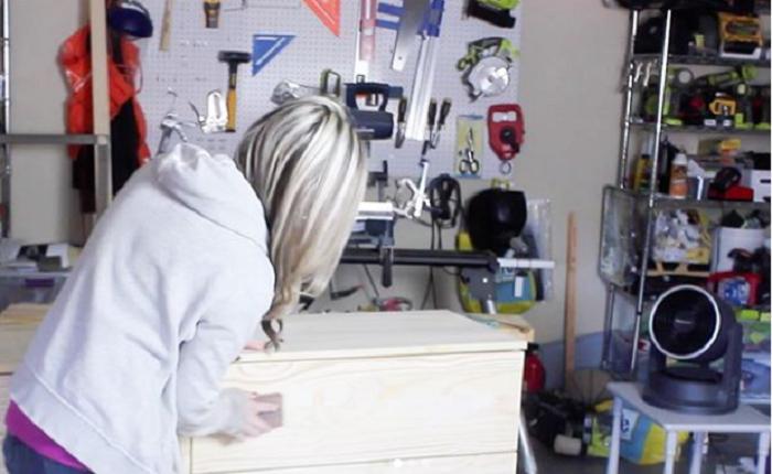 Шлифовальную бумагу лучше закрепить на деревянном бруске или приобрести готовую мелкозернистую «губку». | Фото: instagram.com/ © erinspainblog.